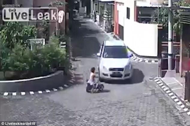 طفلة تنجو من الموت