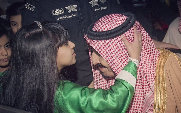 طفلة  تُقبِّل رأسَ الملك سلمان بن عبدالعزيز