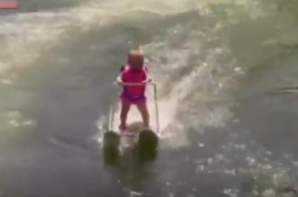 طفلة عمرها 6 شهور تحطم الرقم القياسي بالتزلج على الماء