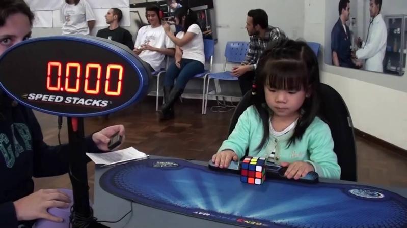 طفلة في الثالثة تحل مكعب الروبيك