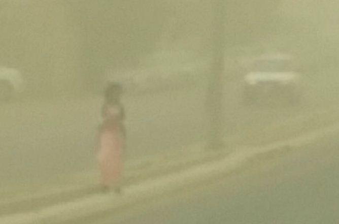 طفلة وسط غبار جدة
