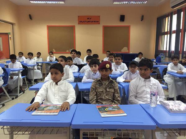 طفل-بزي-عسكري-بالمدرسة