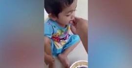 بالفيديو.. أم تطعم طفلتها ديداناً حية - المواطن