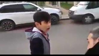 شاهد.. طفل يقلد صافرة سيارة الشرطة ويرعب المارة - المواطن