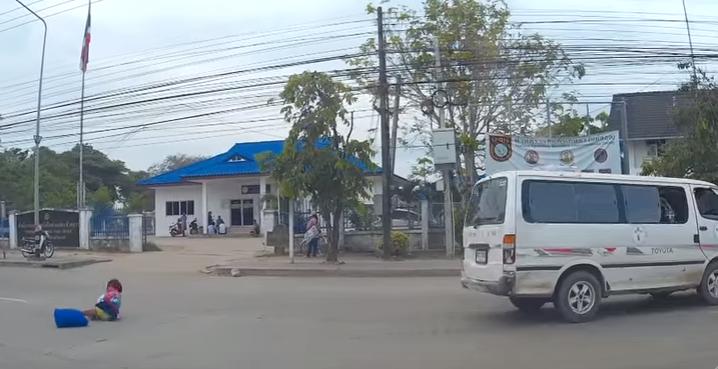 طفل صغير يسقط من حافلة مدرسية