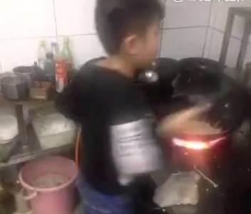 طفل صيني ماهر بالطبخ
