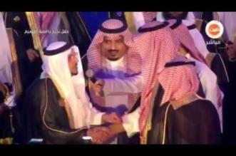 بالفيديو.. مشهد مؤثر لأمير القصيم مع شاب يتيم في حفل تخرجه - المواطن