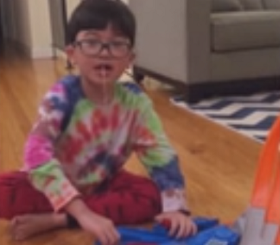 طفل يستخدم لعبة لخلع سنه