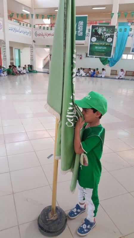 طفل-يقبل-العلم