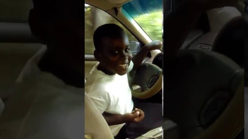 طفل يقود سيارة