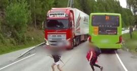 شاهد.. طفل ينجو بأعجوبة من الموت أثناء العبور أمام شاحنة ضخمة