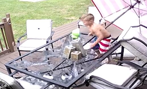 طفل ينجو من كسر زجاج