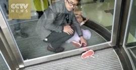 طفل يييحشر قدمه في باب دوار