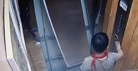 شاهد.. ضغط على أبواب مصعد بقدمه فكاد أن يفقد حياته - المواطن