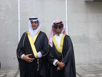 طلاب بالطائف يرتدون البشوت احتفالا بانتهاء الامتحانات و التخرج