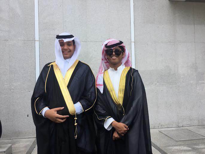 طلاب بالطائف يرتدون البشوت احتفالا بانتهاء الامتحانات و التخرج1