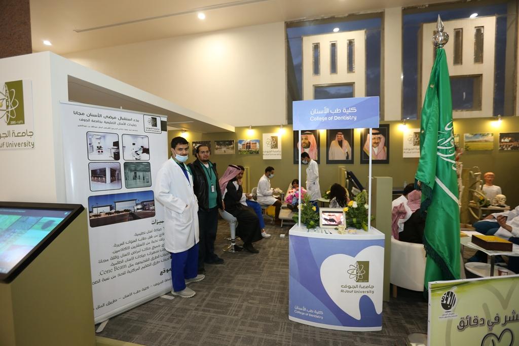 طلاب جامعة الجوف يعالجون زوار مهرجان الزيتون (6)