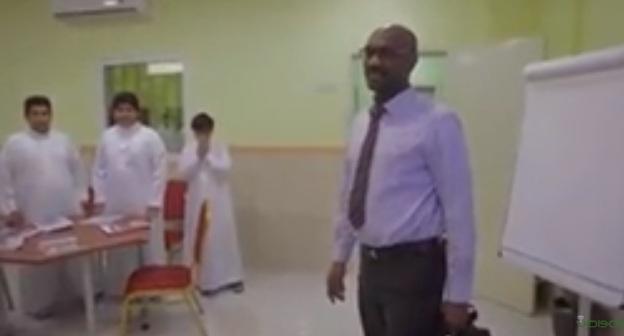 طلاب يكرمون مدرسهم السوداني