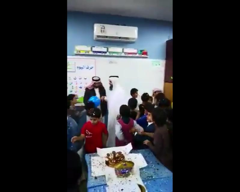 فيديو مؤثر.. طلاب يودعون معلمهم المتقاعد بالبكاء وحفل بسيط