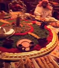 عائلة تتناول إفطارها الرمضاني على طاولة متحركة