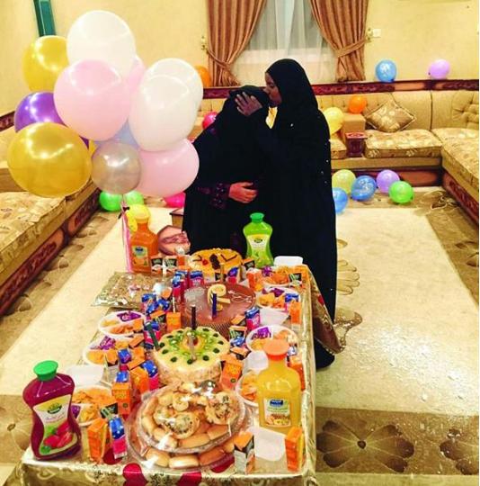 عائلة سعودية تودع خادمة اثيوبية (2)