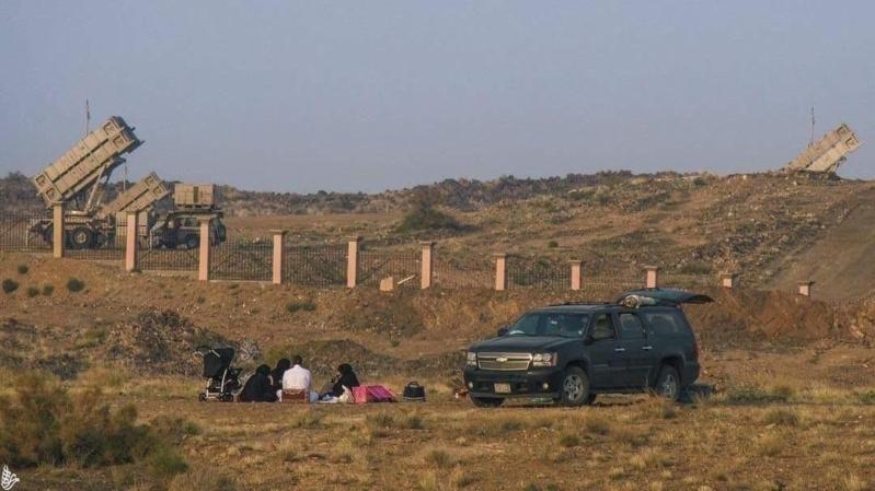 عائلة سعودية قرب راجمة صواريخ