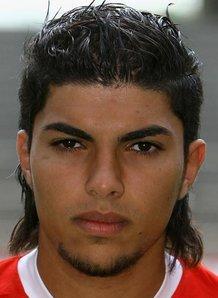 لاعب الوسط المهاجم المغربي عادل شيحي