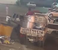 عامل يرمي كميات من الأرز في حاويات النظافة