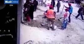 عامل يغرق عملاء بنك بالمياه