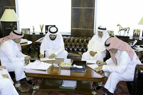 عبدالمنهم الشهري خلال توقيع الاتفاقية