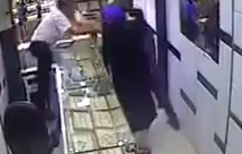 عجوز تمنع لص من السرقة