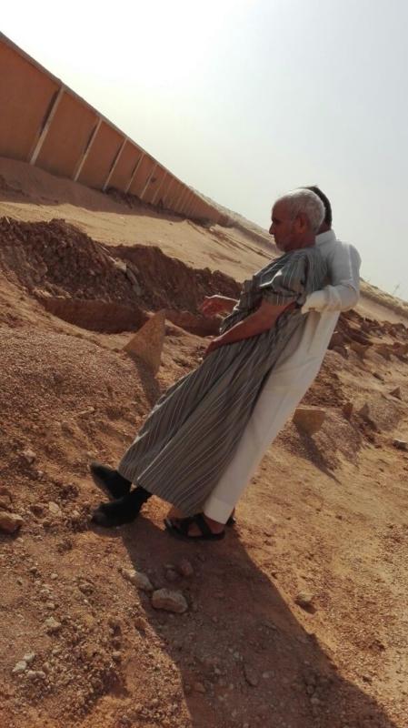 عجوز يقبل قبر زوجته (2)
