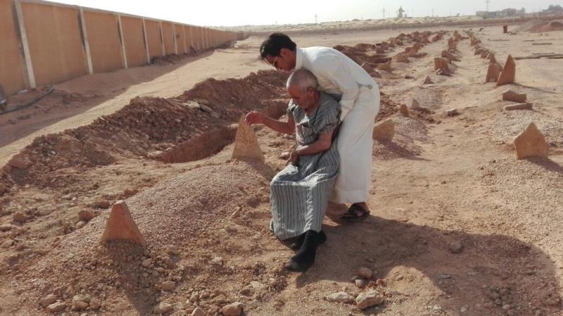 عجوز يقبل قبر زوجته (3)