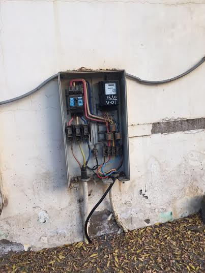 عداد كهرباء مكشوف في حي الحمراء