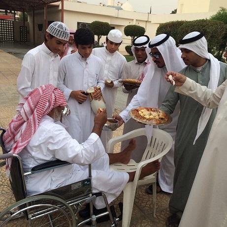 عدد من الشبان يحتفون بأحد المسنين