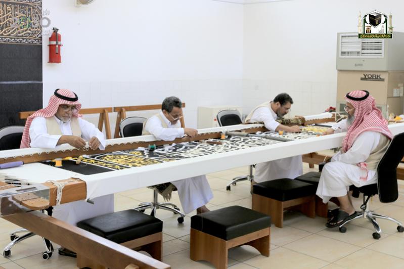 عدد من العاملين السعوديين مصنع الكعبة الشريفة حيك كسوة الكعبة صحيفة المواطن