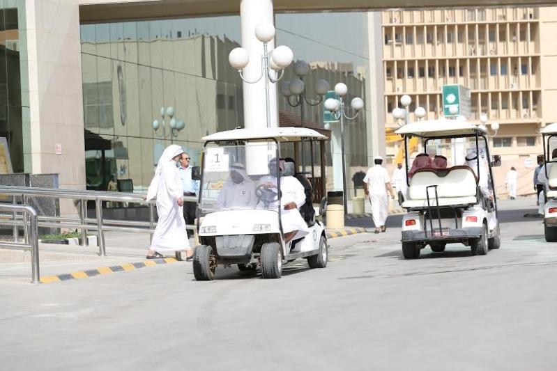 عربات القولف تنقل المرضى والمراجعين بمدينة سعود الطبية