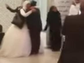 شاهد بالفيديو.. عريس مصري يحمل عروسه بمطار المدينة - المواطن