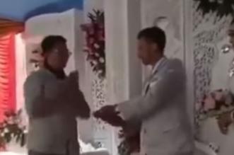 بالفيديو.. عريس يحمل آلة صراف آلي يوم زفافه - المواطن
