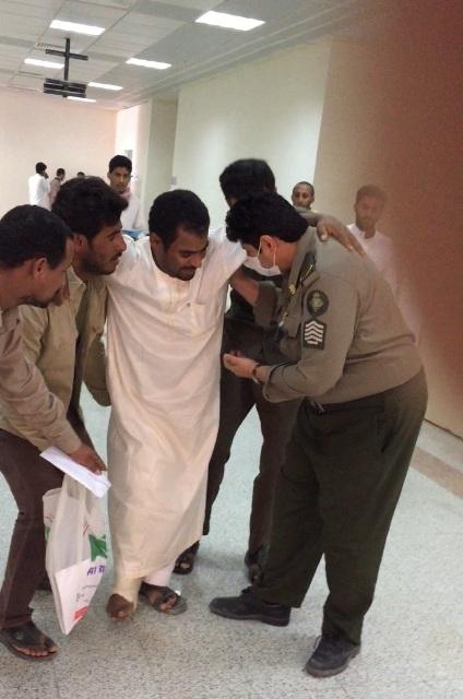 عسكري-سعودي-يعامل-اليمنين (1)