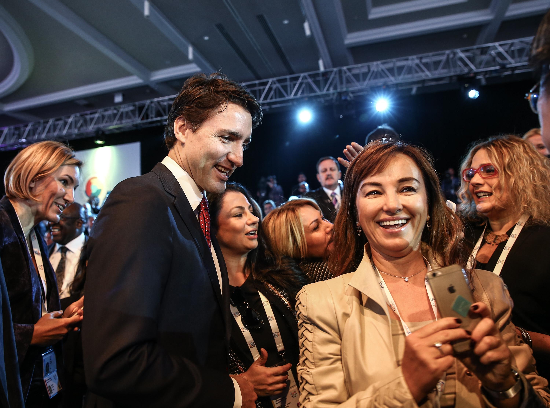 عشاق-السيلفي-يحاصرون-وزراء-كندا-بقمة-العشرين (1)