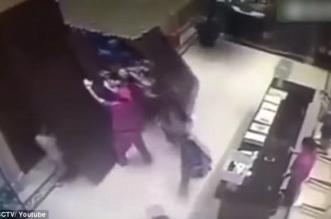شاهد.. عشرات الصينيين يقتحمون منزل لشرائه.. أحدهم عُلِق تحت الباب! - المواطن