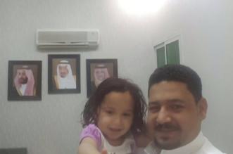 شاهد بالصور .. شوق في حضن والدها وخاطفتها تودع سجن النساء - المواطن