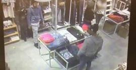 شاهد.. عصابة تسرق محل ملابس بطريقةٍ غريبة