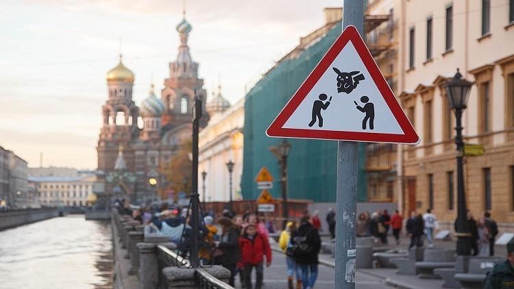 """علامة مرورية تحذر السائقين من عبور """"صادئي بوكيمون""""!"""