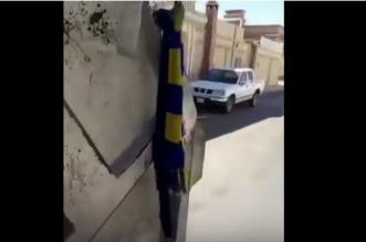 شاهد.. رد فعل مشجع رأى عَلَم نادي النصر على شاحنة نفايات - المواطن