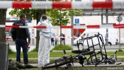 على هذه الدراجة الهوائية كان راكب، رآه الطاعن خارج المحطة، فسدد اليه طعنات وأصبحت حالته خطرة