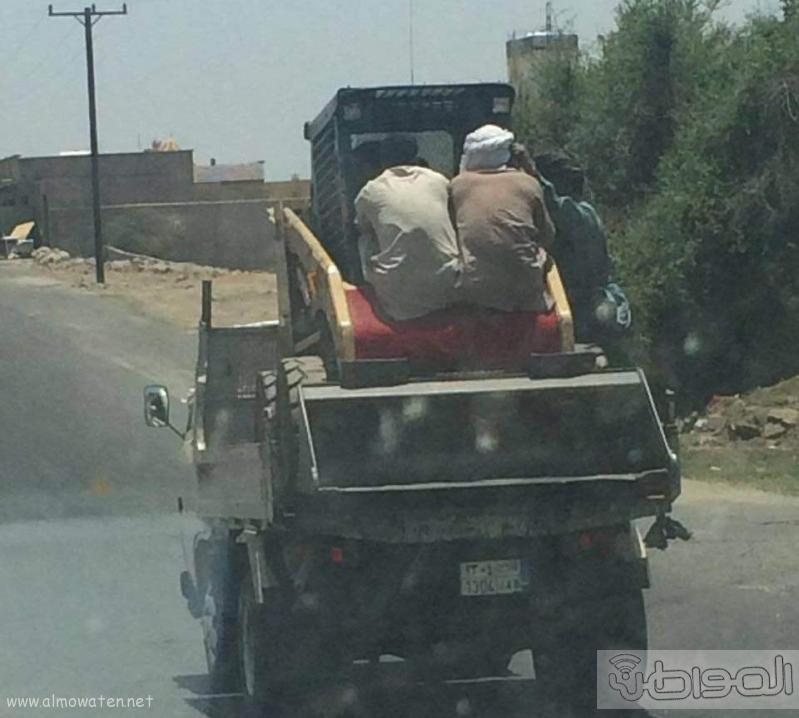 عمالة تعرض نفسها للركوب بقلاب بخميس مشيط (1)