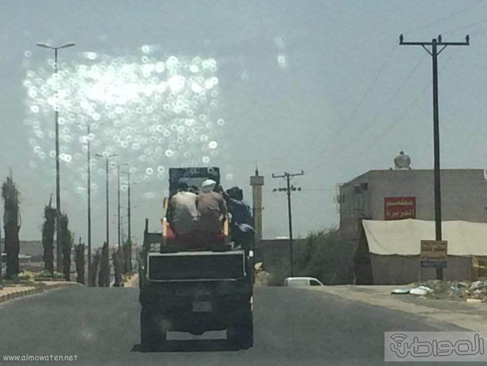 عمالة تعرض نفسها للركوب بقلاب بخميس مشيط (2)