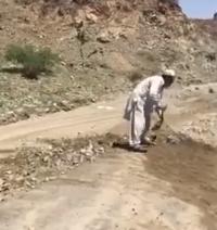 عمال ينظف طريق القوباء من الصخور